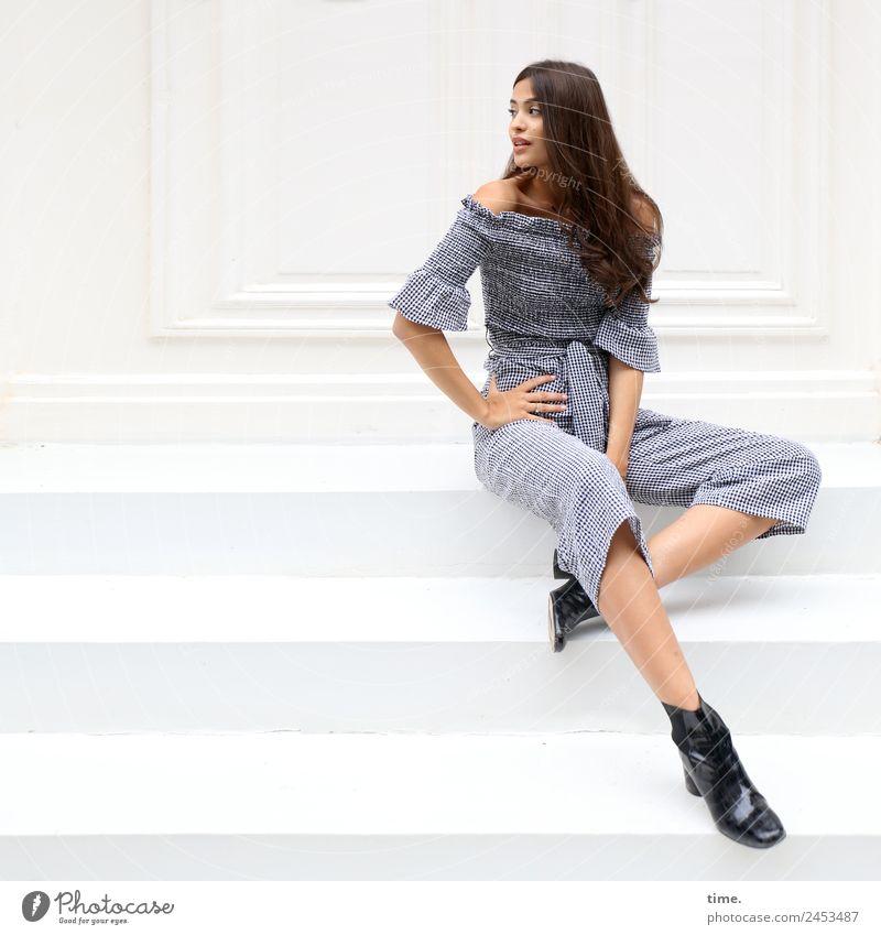 Jessica feminin Frau Erwachsene 1 Mensch Mauer Wand Treppe Fassade Anzug Stiefel brünett langhaarig Locken beobachten Erholung Blick sitzen schön selbstbewußt
