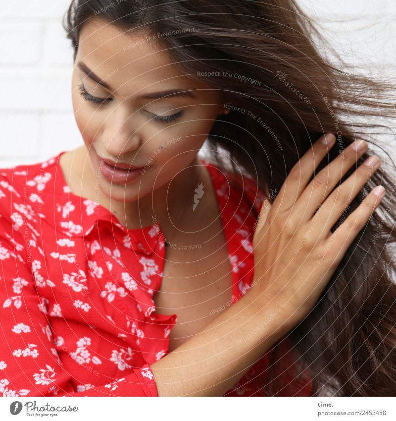 Jessica feminin Frau Erwachsene 1 Mensch Hemd brünett langhaarig festhalten Lächeln Blick schön selbstbewußt Leidenschaft Leben Ausdauer Bewegung