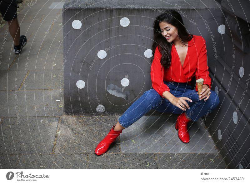Jessica Speiseeis feminin Frau Erwachsene 1 Mensch Hamburg Mauer Wand Fußgänger Wege & Pfade Hemd Jeanshose Stiefel brünett langhaarig beobachten lachen Blick