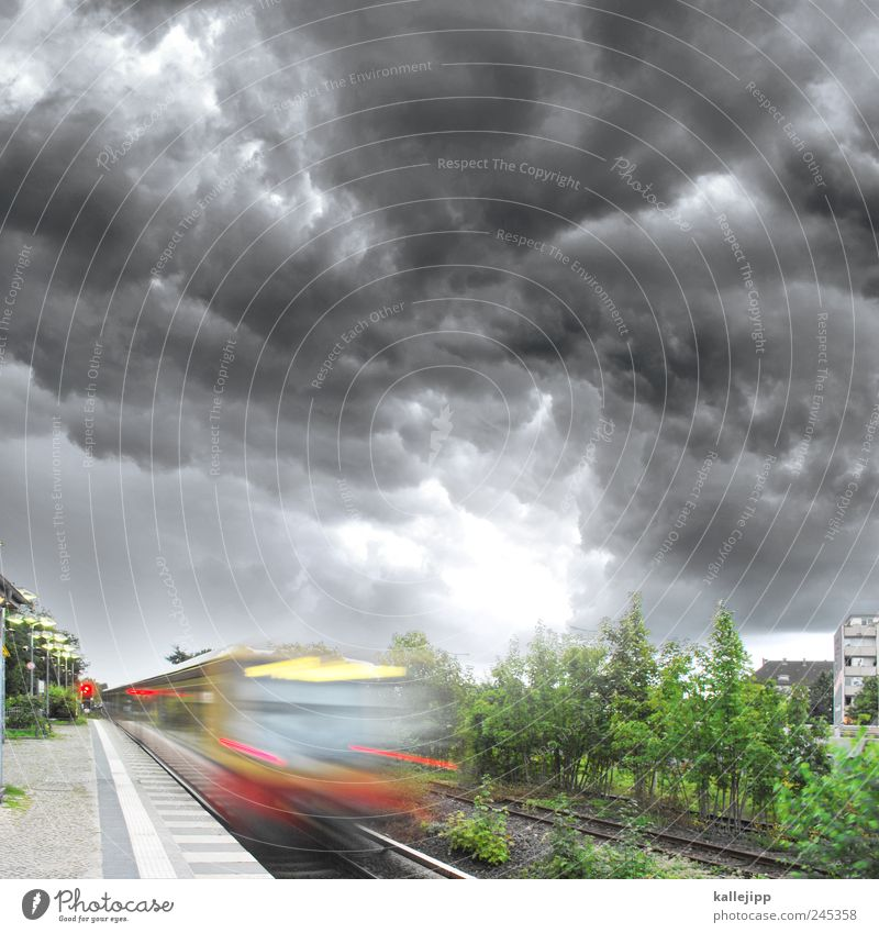 highway to hell Natur Baum Ferne Bewegung Umwelt Ausflug Verkehr Geschwindigkeit Eisenbahn Sturm Gleise Gewitter Unwetter Verkehrswege Bahnhof Personenverkehr