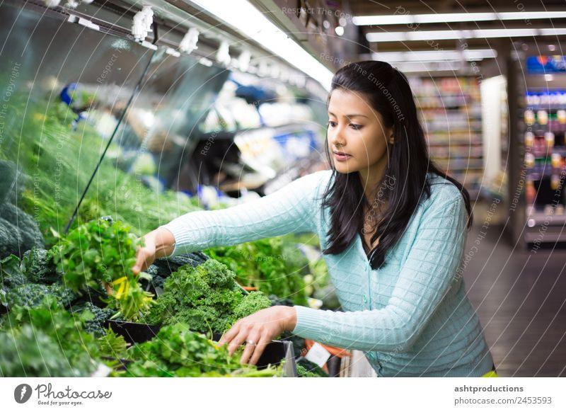Das richtige Gemüse auswählen Lebensmittel Vegetarische Ernährung Diät kaufen Gesundheit Gesunde Ernährung Mensch Frau Erwachsene 1 18-30 Jahre Jugendliche grün
