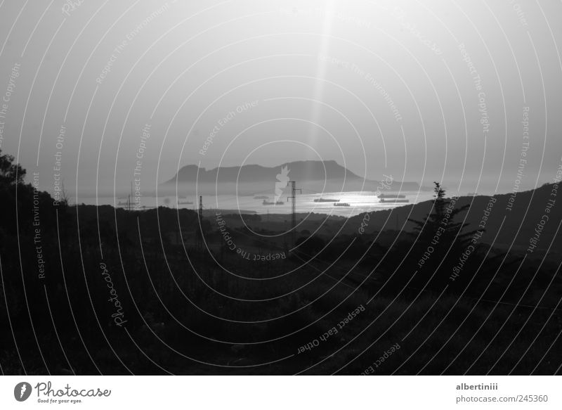 die straße von gibraltar Umwelt Wasser Straße Schifffahrt Containerschiff Öltanker Wasserfahrzeug fahren Schwarzweißfoto Außenaufnahme Experiment Menschenleer