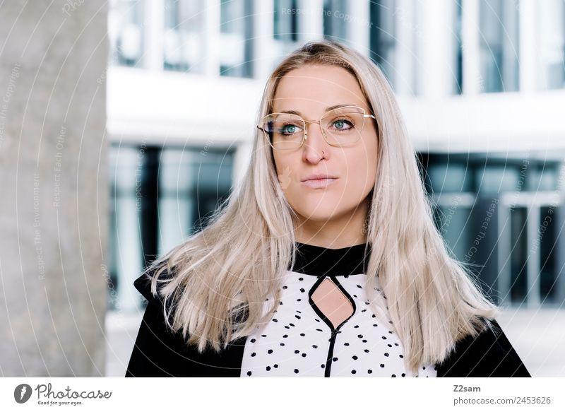 Eyewear Lifestyle elegant Stil schön feminin Junge Frau Jugendliche 18-30 Jahre Erwachsene Stadt Mode Jacke Bluse Brille blond langhaarig Coolness