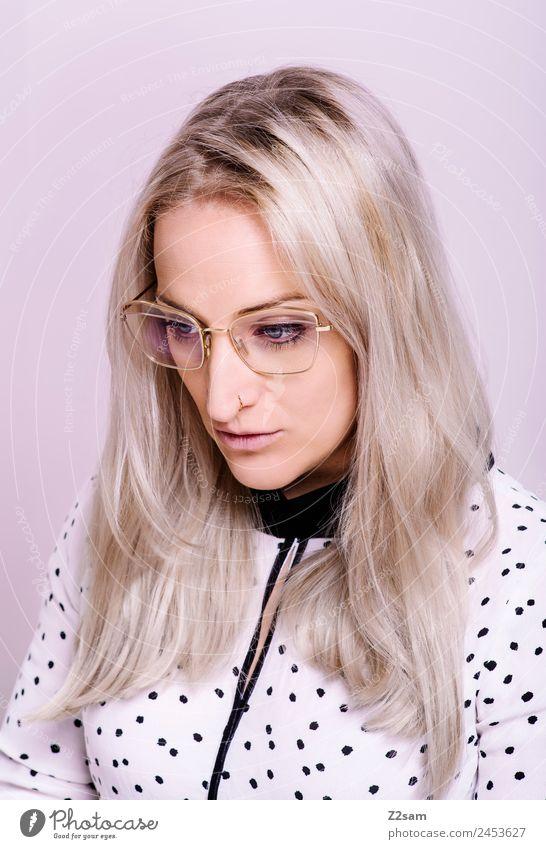 Eyewear Lifestyle elegant Stil Junge Frau Jugendliche 30-45 Jahre Erwachsene Mode Bluse Brille blond langhaarig Coolness trendy schön feminin rosa Design