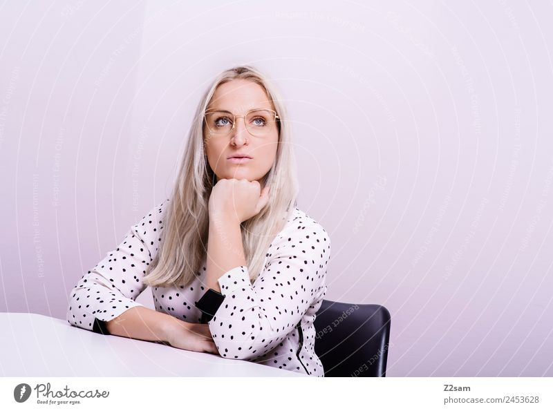 Eyewear Jugendliche Junge Frau schön 18-30 Jahre Lifestyle Erwachsene feminin Stil Mode rosa Design elegant blond Kraft Coolness Brille
