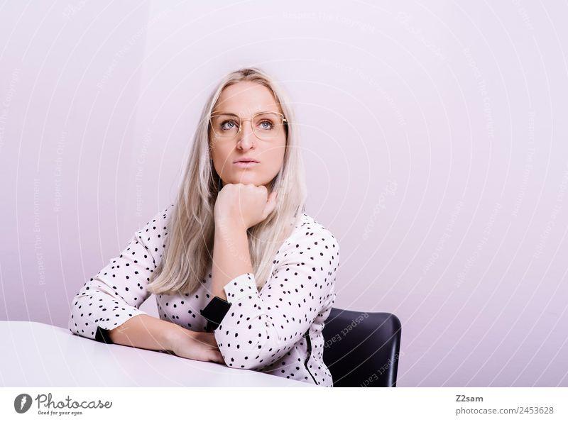 Eyewear Lifestyle elegant Stil Design feminin Junge Frau Jugendliche 18-30 Jahre Erwachsene Mode Bluse Brille blond langhaarig Coolness trendy schön rosa Kraft