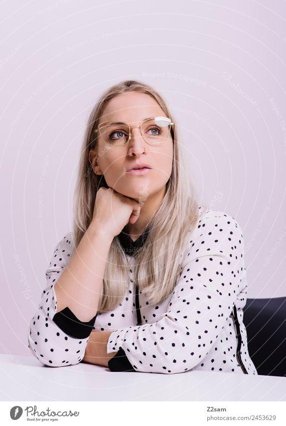 Eyewear Lifestyle elegant Stil Design schön Junge Frau Jugendliche 18-30 Jahre Erwachsene Mode Bluse Brille blond langhaarig Blick Coolness trendy feminin rosa