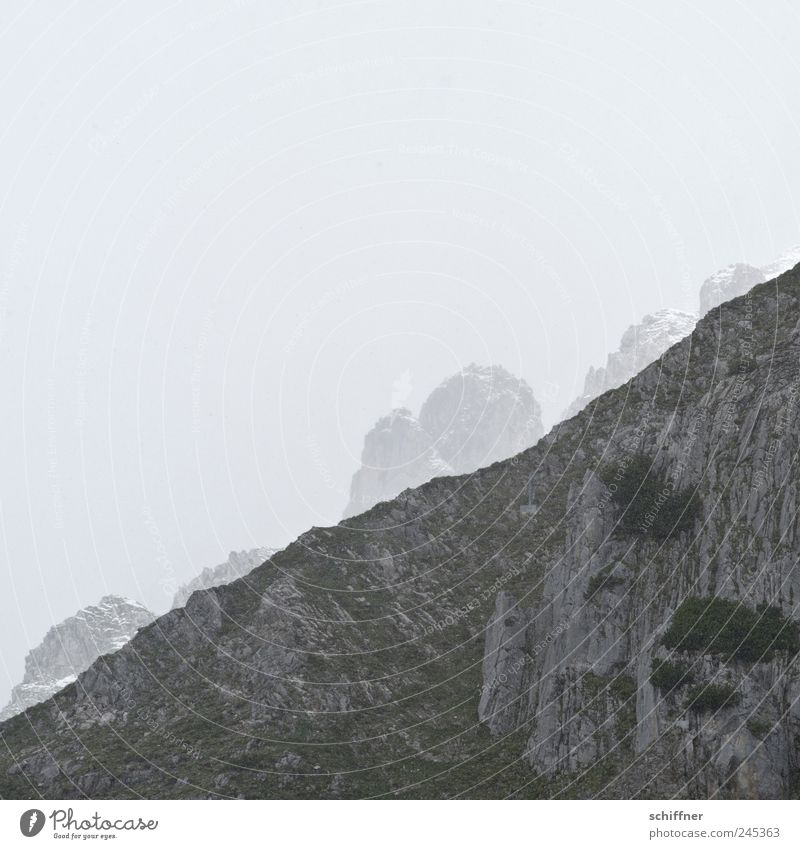 Bergteufel Ferne Berge u. Gebirge Landschaft Nebel Felsen bedrohlich Alpen Gipfel entdecken verstecken schlechtes Wetter Berghang Bundesland Tirol Schneebedeckte Gipfel