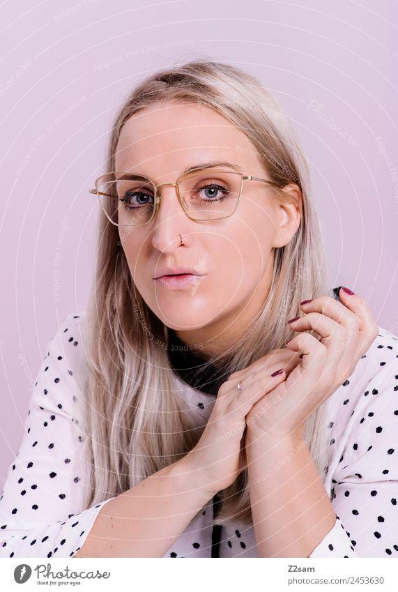 OPTISCH ansprechend Lifestyle elegant Stil Junge Frau Jugendliche 18-30 Jahre Erwachsene 30-45 Jahre Mode Bluse Brille blond langhaarig beobachten Blick