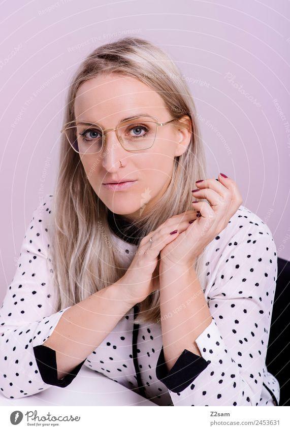 Eyewear Lifestyle elegant Stil Design schön feminin Junge Frau Jugendliche 18-30 Jahre Erwachsene Mode Bluse Brille blond langhaarig Blick Coolness trendy rosa