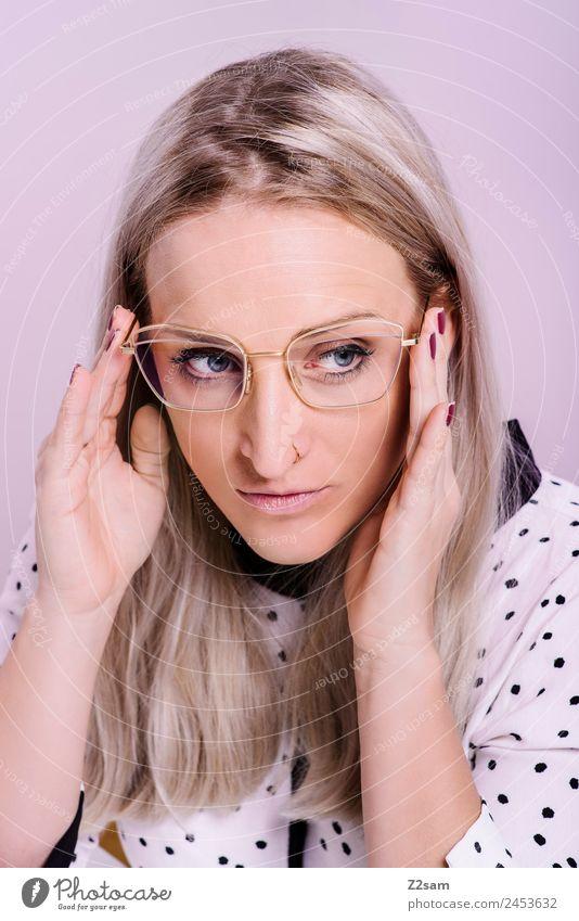 Eyewear Lifestyle elegant Stil Design feminin Junge Frau Jugendliche 18-30 Jahre Erwachsene Mode Bluse Brille blond langhaarig festhalten Blick Coolness trendy