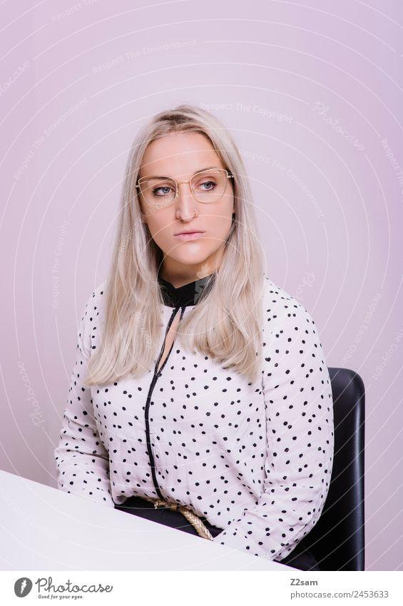 Eyewear Lifestyle elegant Stil schön feminin Junge Frau Jugendliche 18-30 Jahre Erwachsene Mode Bluse Brille blond langhaarig Blick Coolness trendy rosa