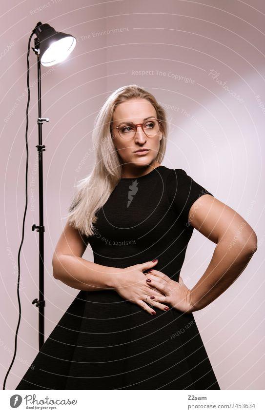 Eyewear Lifestyle elegant Stil Design feminin Junge Frau Jugendliche 30-45 Jahre Erwachsene Mode Kleid Brille blond langhaarig Coolness trendy schön rosa