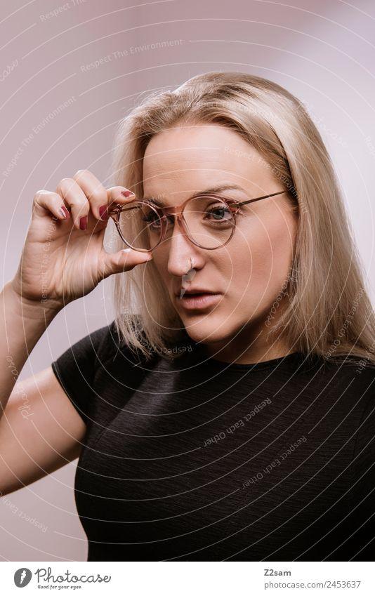 Eyewear Lifestyle elegant Stil Design Junge Frau Jugendliche 30-45 Jahre Erwachsene Mode Brille blond langhaarig festhalten Blick Coolness trendy schön modern