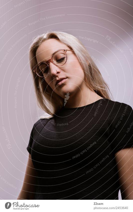 Eyewear Lifestyle elegant Stil Design feminin Junge Frau Jugendliche 18-30 Jahre Erwachsene Mode T-Shirt Brille blond langhaarig stehen träumen Coolness trendy