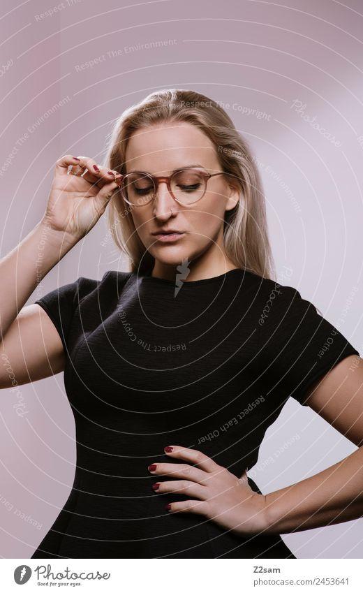 OPTISCH ansprechend Lifestyle elegant schön Junge Frau Jugendliche 18-30 Jahre Erwachsene 30-45 Jahre Mode Kleid Piercing Brille blond langhaarig festhalten