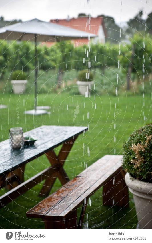 sommerwetter grün kalt Wiese Holz Garten Park Regen braun nass Tisch Bank Sonnenschirm schlechtes Wetter feuchtkalt Gartenmöbel
