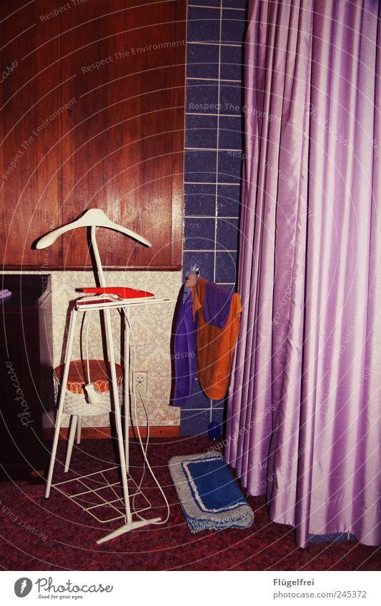 retromantisch Bekleidung alt Retro-Trash altehrwürdig Vorhang Satin Schlafzimmer mehrfarbig violett Stummer Diener Kontrast Ständer Kleiderbügel Putztuch