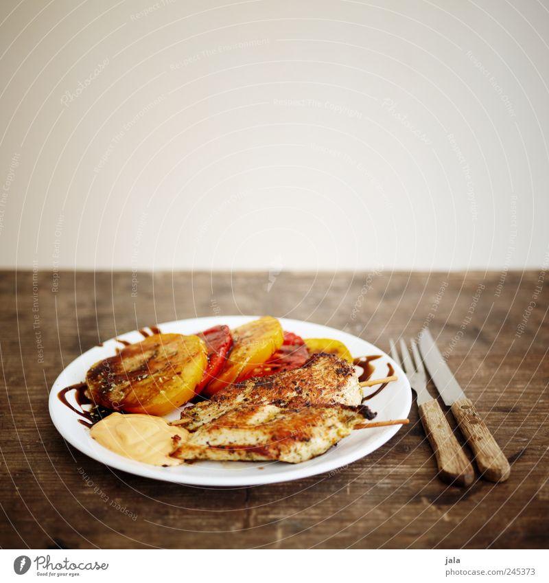 grillteller Lebensmittel Fleisch Gemüse Salat Salatbeilage Tomate Ernährung Mittagessen Geschirr Teller Besteck Messer Gabel lecker Holztisch Farbfoto