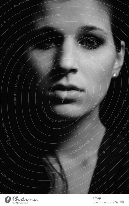 Schattenwelt feminin Junge Frau Jugendliche Kopf Gesicht 1 Mensch 18-30 Jahre Erwachsene dunkel kalt schwarz direkt frontal Starrer Blick bewegungslos mystisch