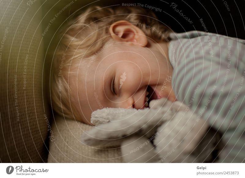 Liebenswertes Baby mit einem Jahr alt Freude Glück schön Leben Spielen Sofa Wohnzimmer Kind Kleinkind Junge Familie & Verwandtschaft Kindheit Mund blond