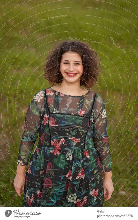 Glückliches kurvenreiches Mädchen mit lockigem Haar Lifestyle schön Haare & Frisuren Schminke Lippenstift Mensch Frau Erwachsene Mode Kleid Lächeln