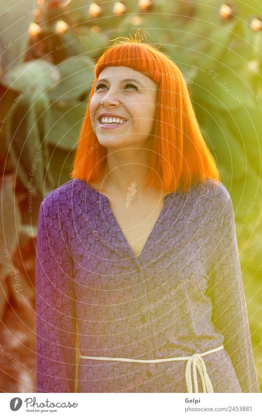 Rothaarige Frau beim Spaziergang Lifestyle Stil Freude Glück schön Haare & Frisuren Gesicht Wellness ruhig Sommer Mensch Erwachsene Stadt Straße Mode Lächeln