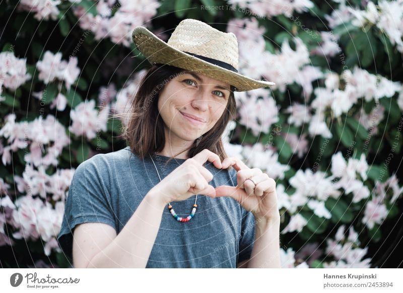 Hand aufs Herz Garten Karneval Mensch feminin Junge Frau Jugendliche Kopf Finger 1 30-45 Jahre Erwachsene T-Shirt Halskette Hut Cowboyhut brünett Blühend
