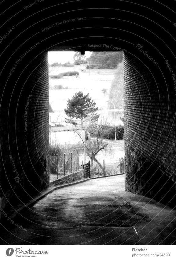 Durchgang Grauwert dunkel Tunnel Licht Gebäude Architektur hell Ende