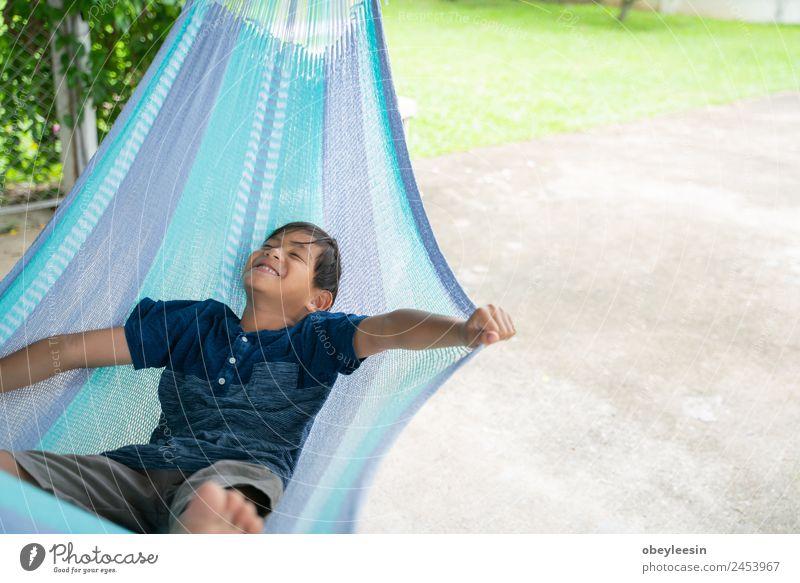 Der kleine Junge, der in der Hängematte sitzt und so glücklich ist. Lifestyle Freude Glück Erholung Freizeit & Hobby Ferien & Urlaub & Reisen Sommer Garten Kind