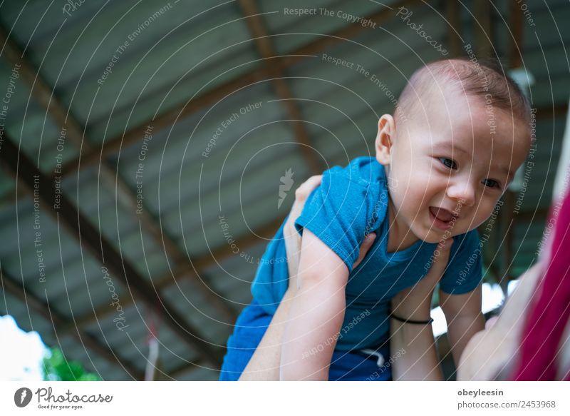 Der kleine Junge und die Mutter sitzen an der Hängematte. Lifestyle Freude Glück schön Spielen Kind Mensch Baby Frau Erwachsene Eltern Familie & Verwandtschaft