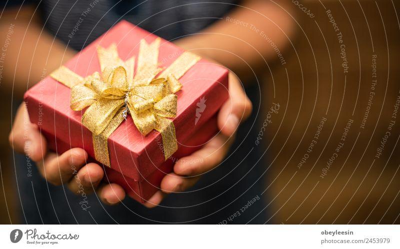 Kleiner Junge mit einer Geschenkbox zum Geburtstag Stil Design Winter Schnee Dekoration & Verzierung Feste & Feiern Silvester u. Neujahr Post Baum Papier Paket