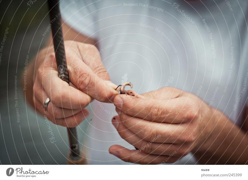 Gleich ist der Wurm dran Freizeit & Hobby Angeln Mensch maskulin Mann Erwachsene Hand Finger 1 T-Shirt Ekel Angelrute Angelköder Regenwurm Angelgerät auffädeln