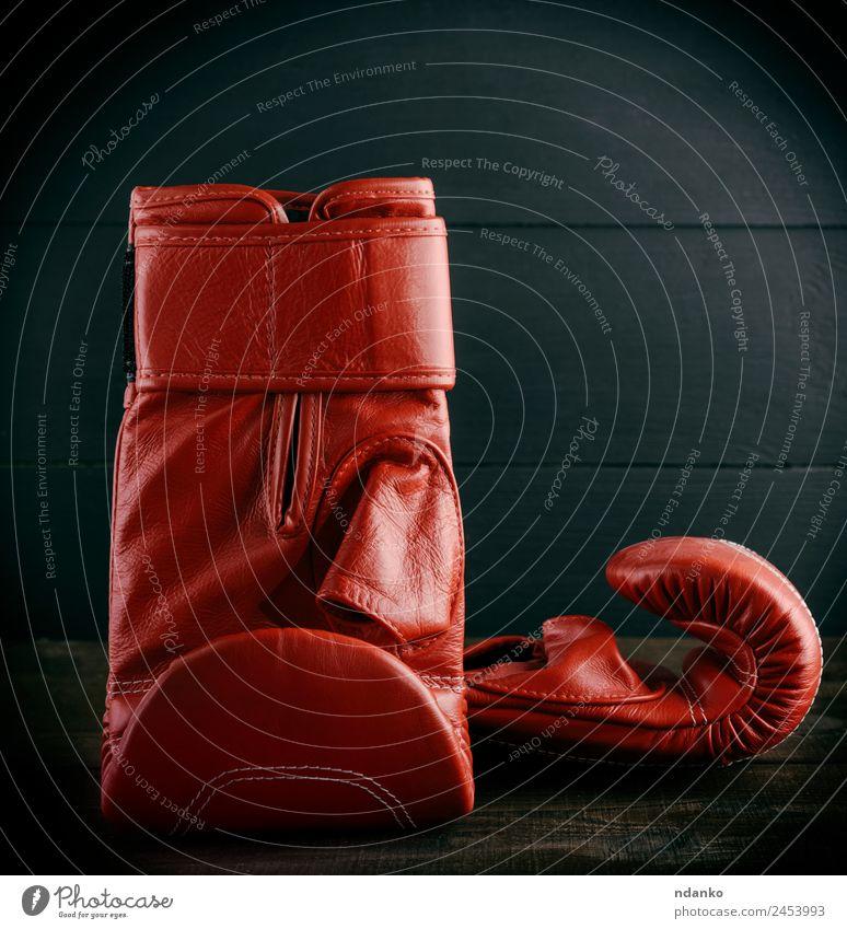 Paar rote Lederhandschuhe zum Boxen Sport Erfolg Handschuhe alt schwarz Boxsport Hintergrund Gerät Sportbekleidung Boxhandschuhe Konsistenz Entwurf altehrwürdig
