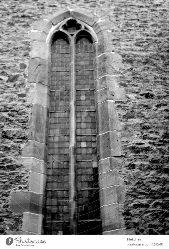 Kirche alt weiß schwarz Fenster Stein Mauer Religion & Glaube Glas Baustelle durchsichtig Gott Götter Gotteshäuser Grauwert Mörtel