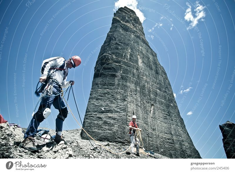 Ein Team von Kletterern erreicht den Gipfel. Leben Abenteuer Sport Klettern Bergsteigen Erfolg wandern Seil maskulin Mann Erwachsene Freundschaft 2 Mensch