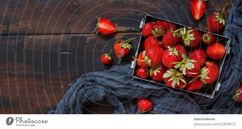 Erdbeeren in einer Box Frucht Dessert Diät Sommer Tisch Menschengruppe Holz Metall frisch hell lecker natürlich saftig braun rot Farbe Beeren farbenfroh essbar