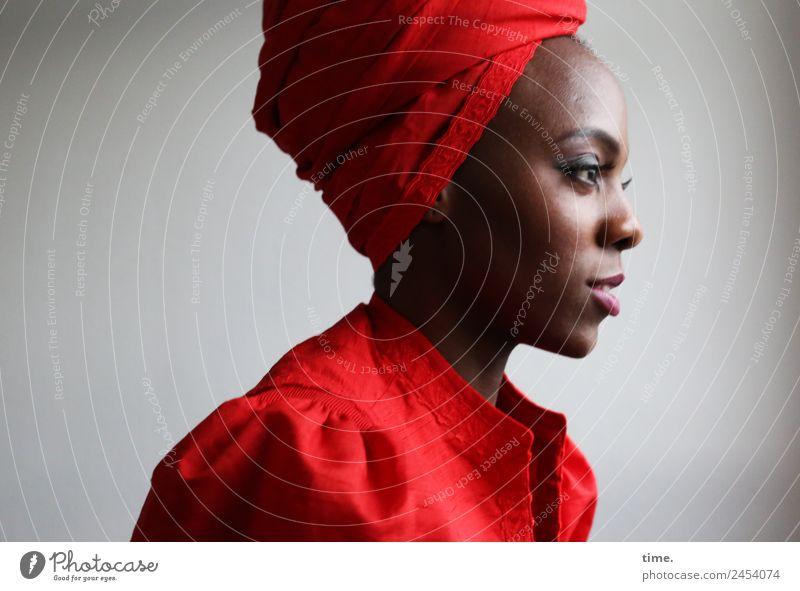Tash feminin Frau Erwachsene 1 Mensch Kleid Kopftuch beobachten Lächeln Blick schön selbstbewußt Willensstärke Wachsamkeit Gelassenheit geduldig ruhig Leben