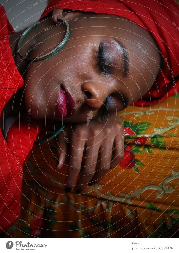 Tash Sessel feminin Frau Erwachsene 1 Mensch Kleid Ohrringe Kopftuch festhalten liegen schlafen ästhetisch schön mehrfarbig rot Leidenschaft Vertrauen