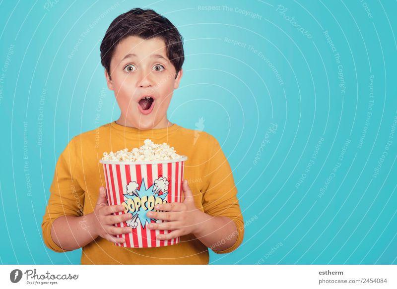 glücklicher Junge mit Popcorn Lebensmittel Lifestyle Freude Freizeit & Hobby Entertainment Mensch maskulin Kind Kleinkind Kindheit 1 8-13 Jahre Theater