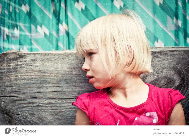 Tränchen Haare & Frisuren Kind Mensch Kleinkind Kindheit 1 3-8 Jahre blond sitzen Traurigkeit weinen klein niedlich rosa Tränen Bank türkis Farbfoto mehrfarbig