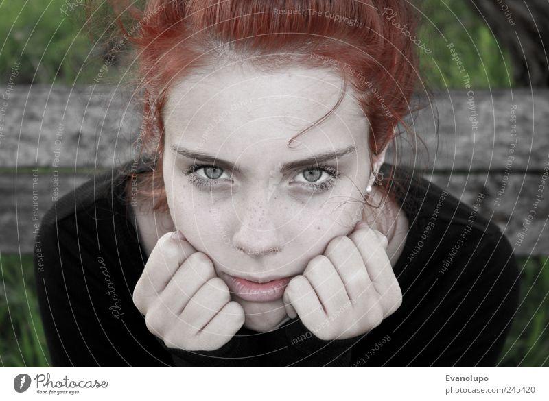 Wer bist du wirklich? Frau Mensch Jugendliche Hand Gesicht Auge feminin Kopf Haare & Frisuren Erwachsene Denken Kindheit nachdenklich Junge Frau Verstand