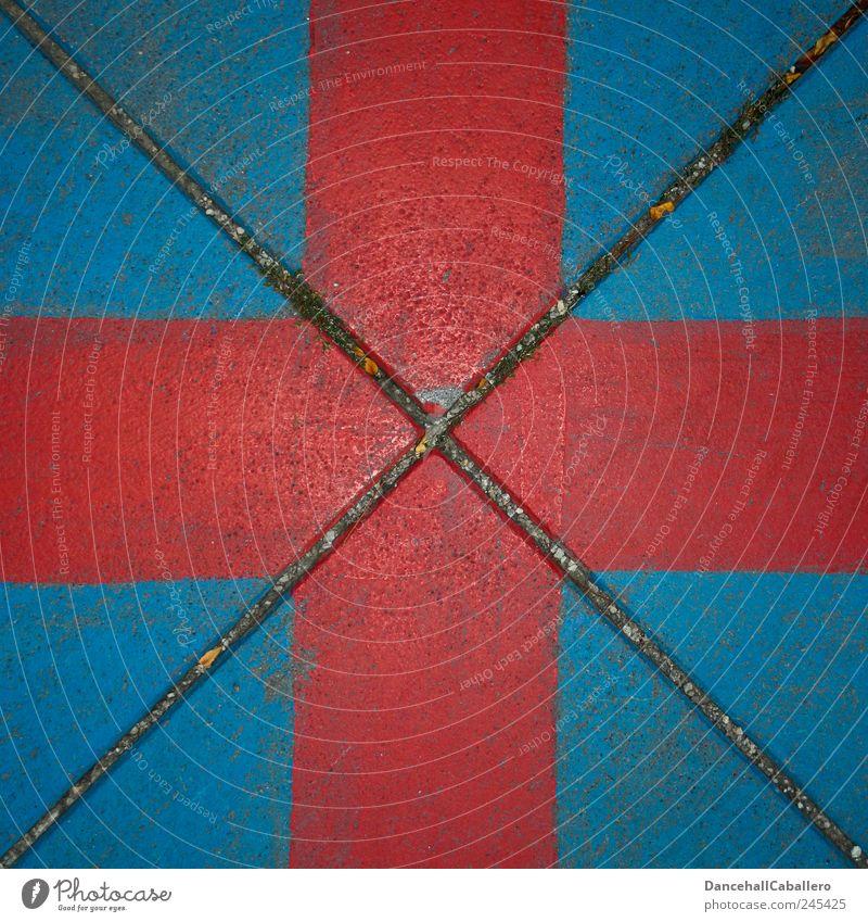 Rotes Kreuz auf blauem Hintergrund Kunst Straße Stein eckig einzigartig modern Originalität rot diagonal Geometrie Ecke Dreieck dreckig Mitte Quadrat