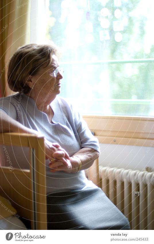 Heim Mensch Weiblicher Senior Frau Großmutter Leben 1 60 und älter alt Gefühle Hoffnung Glaube Langeweile Traurigkeit Sorge Trauer Müdigkeit Sehnsucht Heimweh