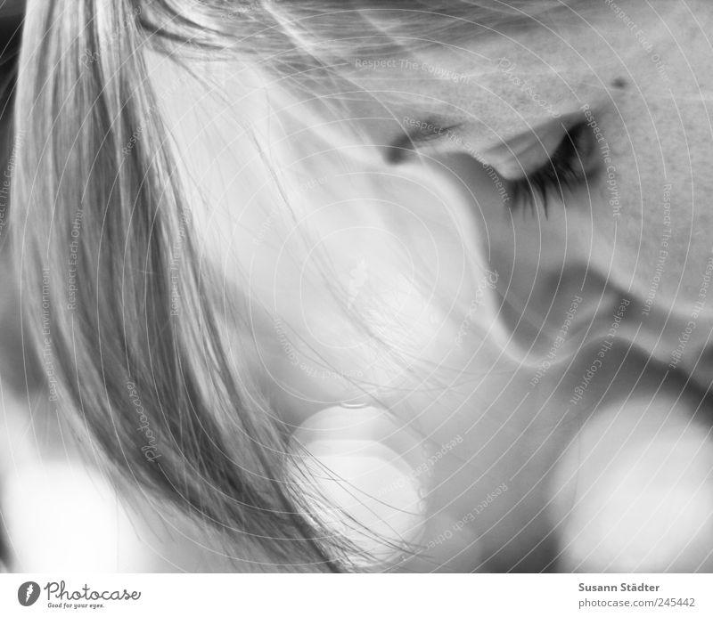 fühlen Frau feminin Erwachsene Traurigkeit blond Angst Trauer zart Sehnsucht Schmerz Stress langhaarig Respekt Sorge Pony Mensch