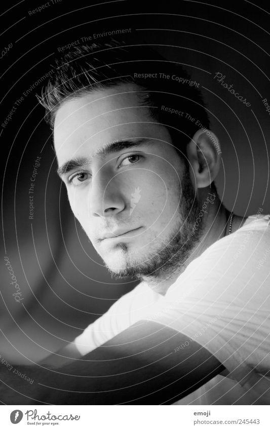 Mann. maskulin Junger Mann Jugendliche Kopf Gesicht 1 Mensch 18-30 Jahre Erwachsene rebellisch ernst direkt böse Misstrauen Schwarzweißfoto Innenaufnahme Licht