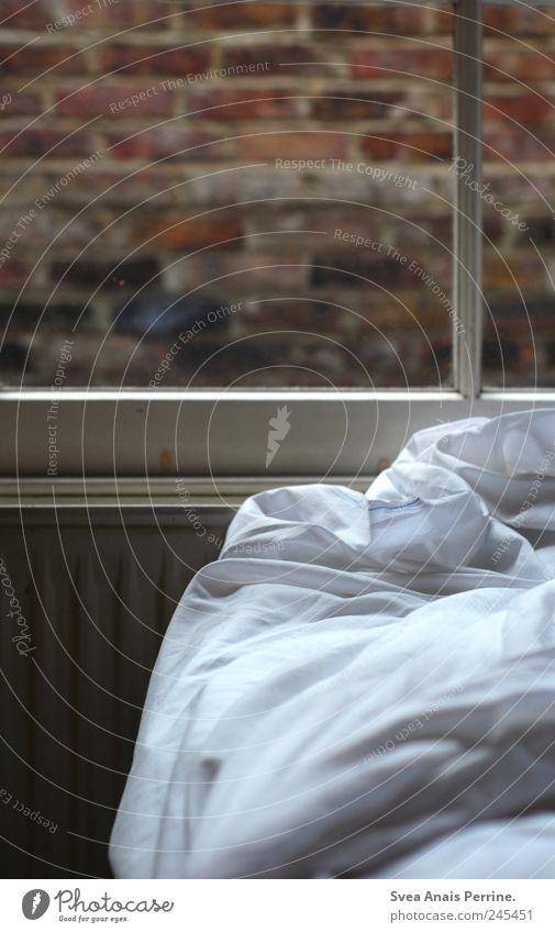 bettgeschichten, Einsamkeit Wand Fenster Stein Mauer Bett Sehnsucht Fensterscheibe Decke Heizung Bettlaken Schlafzimmer Bettdecke Fensterrahmen Hotelzimmer