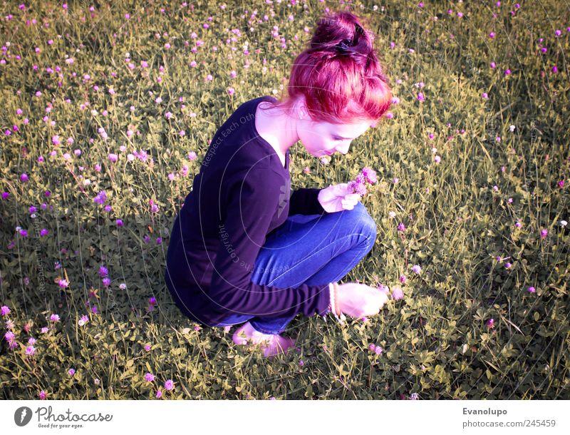 Blumenkind feminin Junge Frau Jugendliche Erwachsene Kindheit 1 Mensch Blühend pflücken mädchenhaft kindlich Farbfoto Gedeckte Farben Außenaufnahme