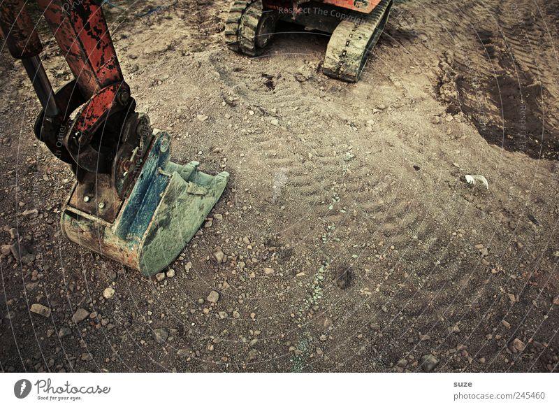 Bagger Arbeit & Erwerbstätigkeit Baustelle Feierabend Fortschritt Verkehr Wege & Pfade Fahrzeug stehen warten Reifenspuren dreckig groß stark Baggerschaufel
