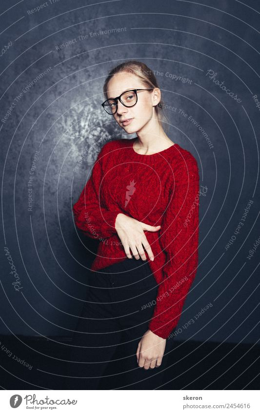 stilvoller Schüler mit Brille und farbigem Pullover feminin Junge Frau Jugendliche Erwachsene Körper Haut Kopf Arme 1 Mensch 18-30 Jahre Bekleidung